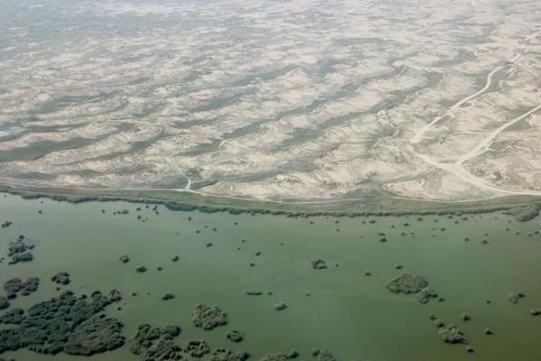 沙湖一半是沙漠一半是湖水 景象令人称奇