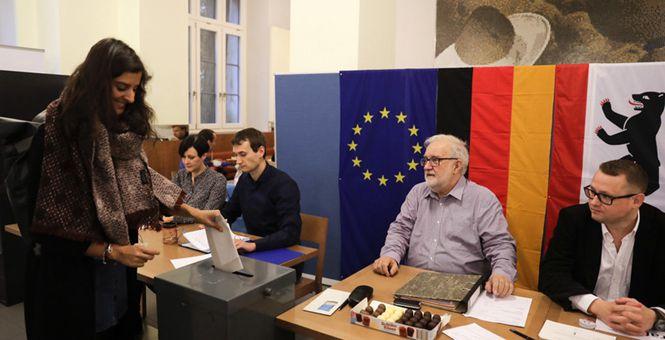 2017年德国联邦议院选举开始投票 总理候选人舒尔茨参加