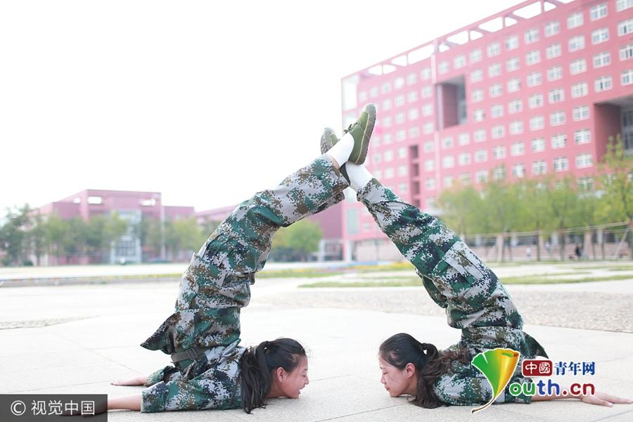 高校女生军训大秀一字马 展示舞蹈功底