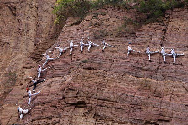 挑战极限!瑜伽爱好者悬崖上练瑜伽 游客惊呼太刺激