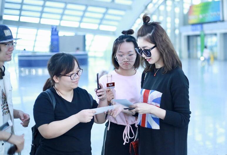 江疏影顶苹果头现身机场 与粉丝签名又自拍