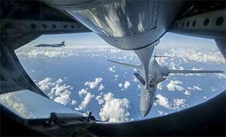 美军B1B在东海上空空中加油