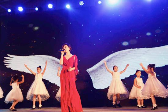 常思思献唱嫣然天使慈善晚宴  以歌为伴助力公益