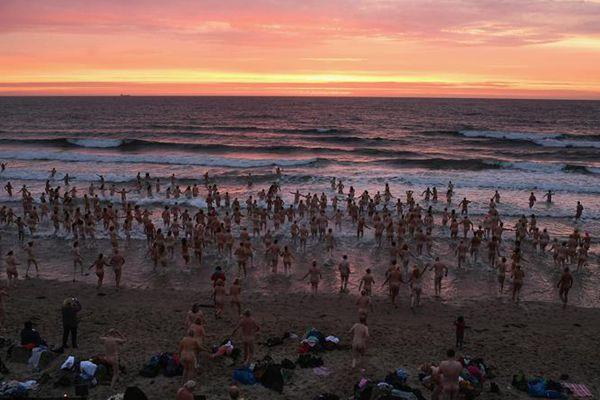 秋日海水刺骨 英国数百男女集体裸泳