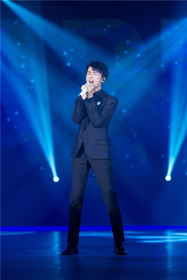王俊凯成年礼泪洒现场 新歌首唱皇冠加冕
