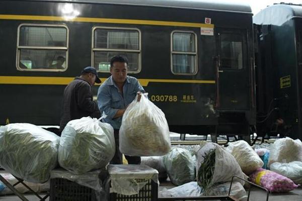 """成昆铁路线上的""""绿皮慢火车""""票价最低2元"""