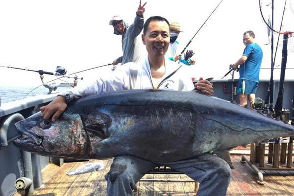 海钓爱好者钓到超大金枪鱼 重达180斤创纪录