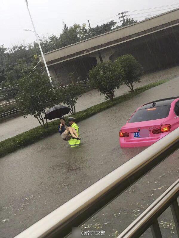 南京暴雨致内涝 警察抱出受困女车主