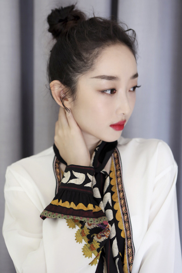 蒋梦婕出席米兰大秀 肌肤发光成众人焦点