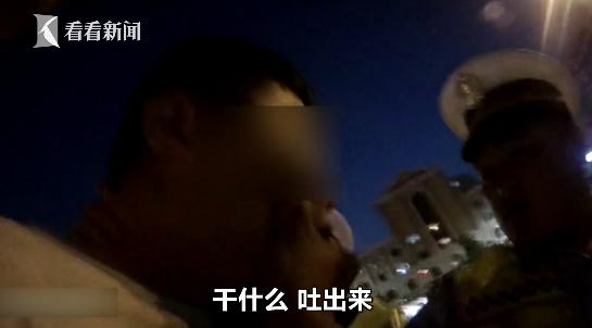 奔驰套牌车被查 司机为销毁证据居然直接把行驶证吞了