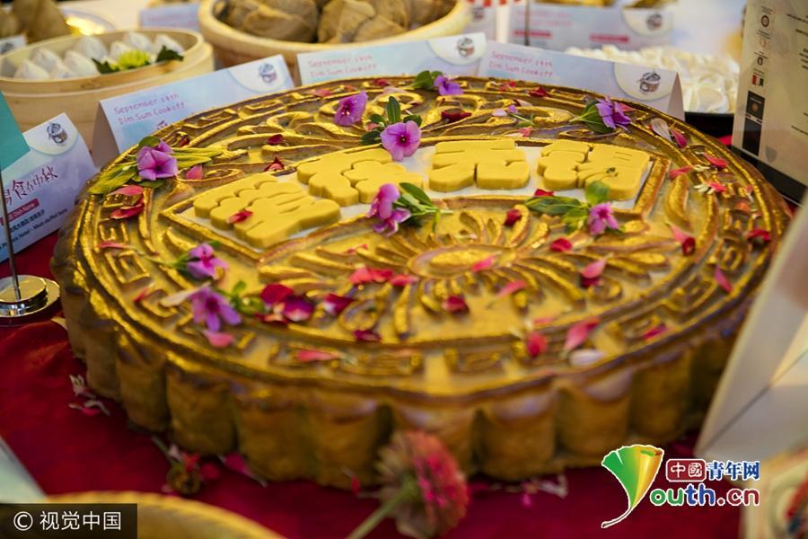 江苏无锡现巨型月饼 重36公斤含200颗蛋黄