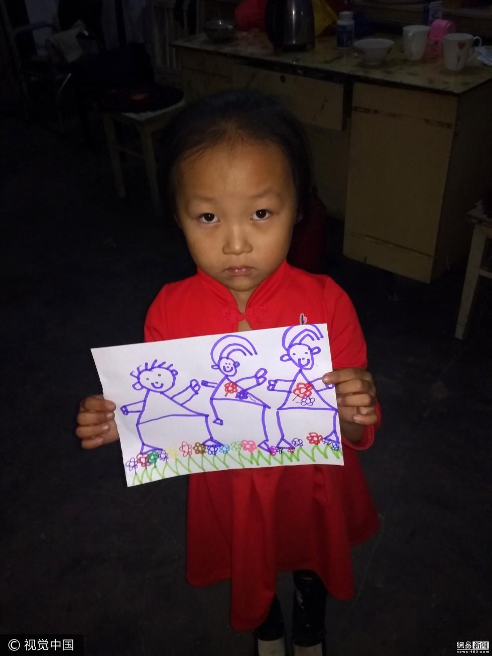 石家庄5岁女孩村口卖画救父 一天筹款70元