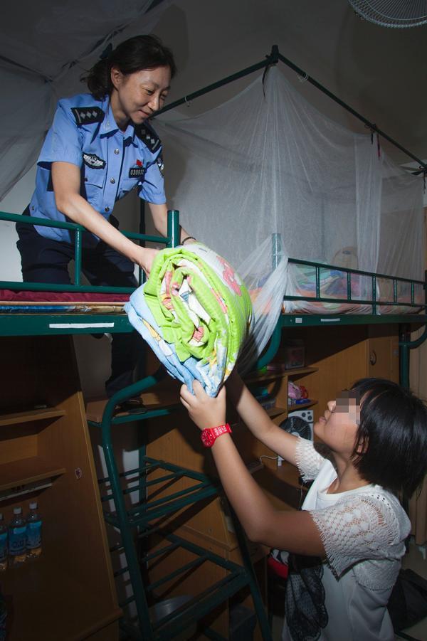 上海民警资助聋哑儿童12年 日记本记下俩人无声之爱