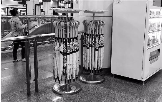 杭州地铁站共享雨伞卷土重来 押金99元规矩变多
