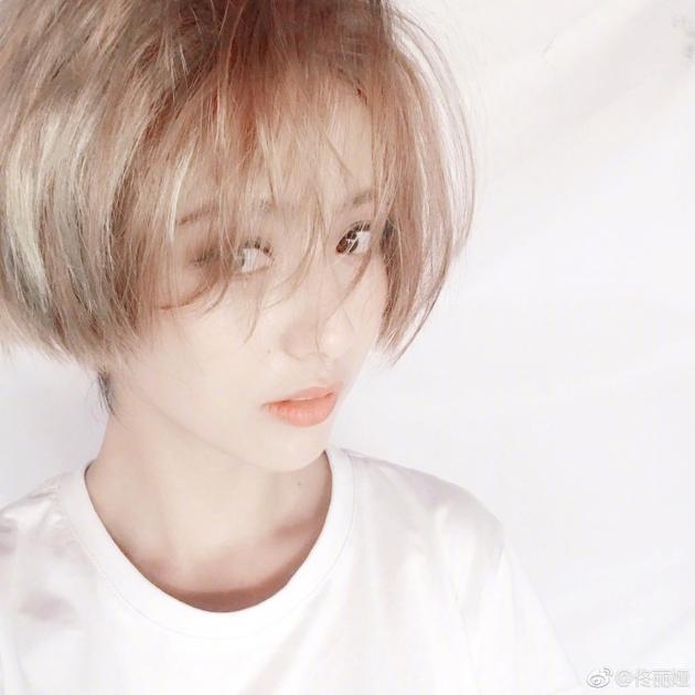 佟丽娅一头金色短发晒自拍 大眼盯镜头俏皮灵动