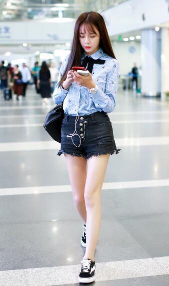 沈梦辰现身机场一路低头玩手机