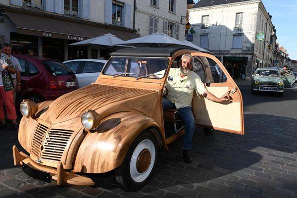 法国退休木工手工打造木制老爷车 自带引擎上路超拉风