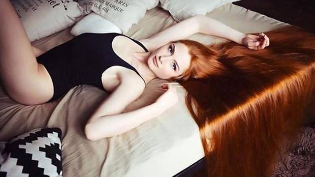 """俄罗斯""""长发公主""""大秀106厘米红色秀发"""