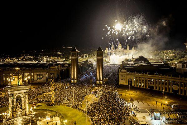 巴塞罗那庆祝圣梅尔塞节 烟火表演闪耀夜幕