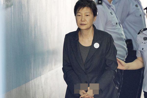 朴槿惠出席公审身子佝偻一脸憔悴