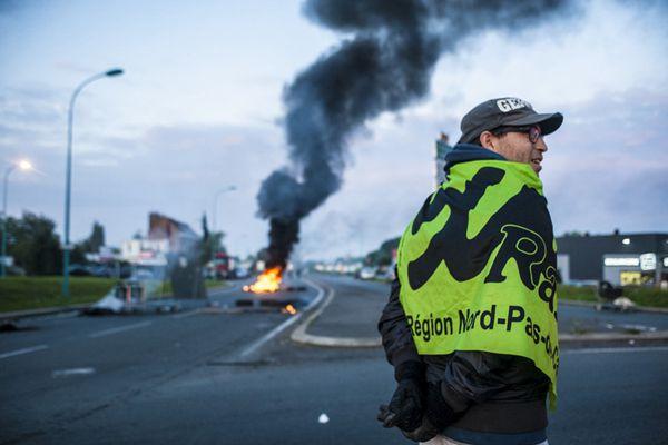 法国工人焚烧路障堵路浓烟滚滚 抗议总统劳动法改革