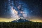 银河与火山交相辉映美景