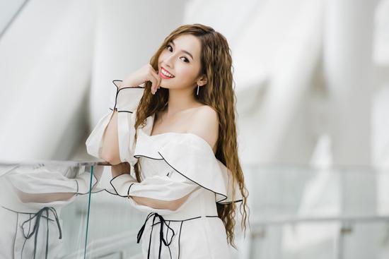 刘一曈现身北京国际时装周 波纹长发如笑靥如花