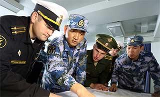 中俄海上联演在军舰上研究战术