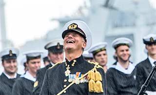 荷兰海军司令卸任 雨中仰天大笑
