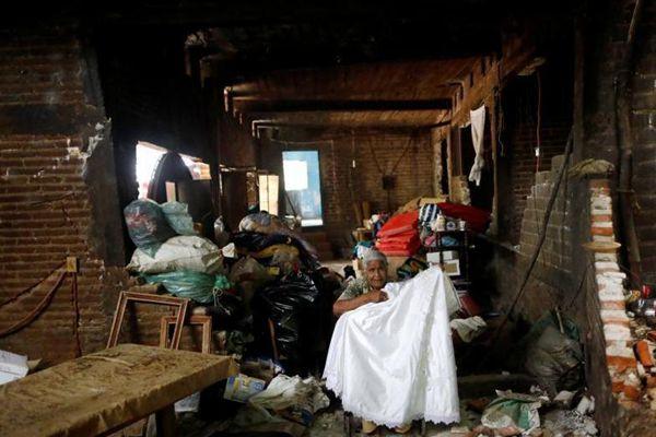 墨西哥地震温馨一幕 88岁老人返回废墟寻找结婚礼服