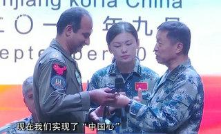 中国将军向巴铁赠送歼20模型