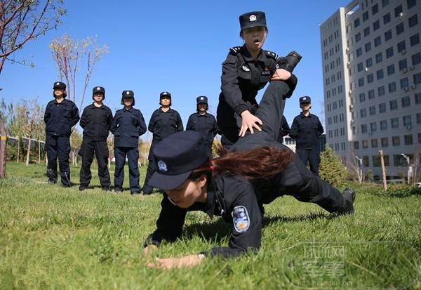 不爱红装爱武装 新疆这对姐妹特警不一般(图)