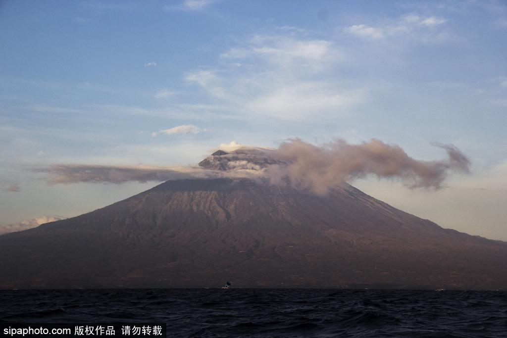 巴厘岛阿贡火山即将喷发 岩浆活动剧烈上空烟雾缭绕