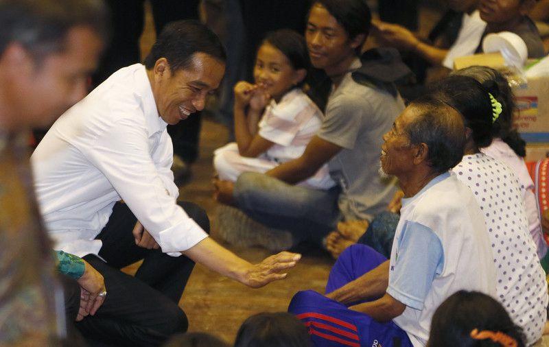 印尼总统佐科偕妻慰问被撤离居民 跪地与儿童握手