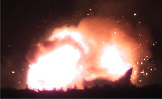 乌克兰一大型军火库爆炸 大量炮弹射向空中