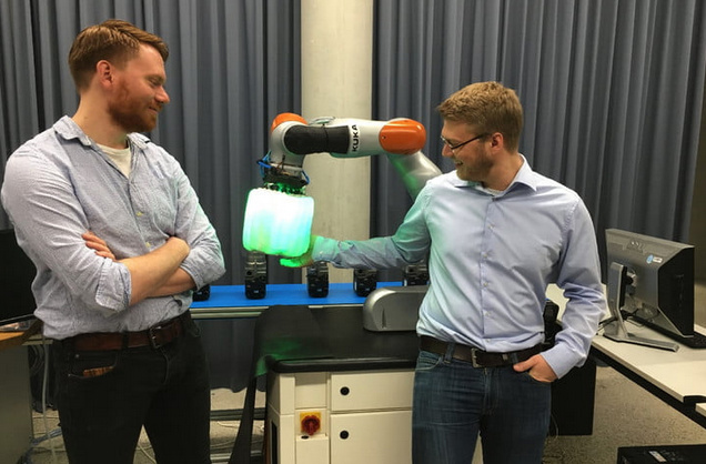 科学家开发新型气囊 让机器人和人类安全共处