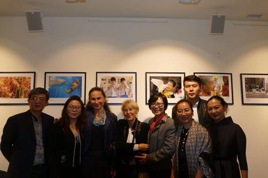 """""""中国故事—聚焦儿童""""摄影作品展在华沙举行"""