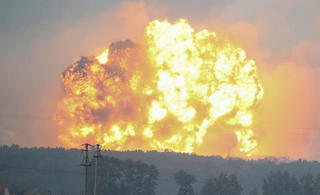 乌克兰一大型弹药库离奇爆炸