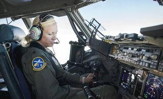 美女飞行员驾驶C17战略运输机
