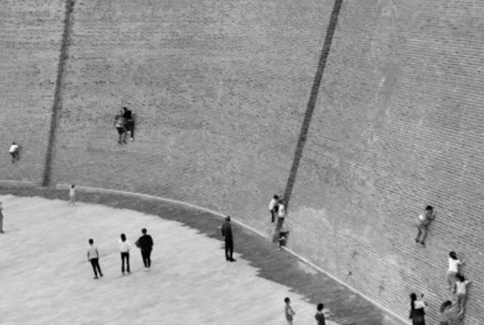 申遗古迹竟成游客攀岩墙