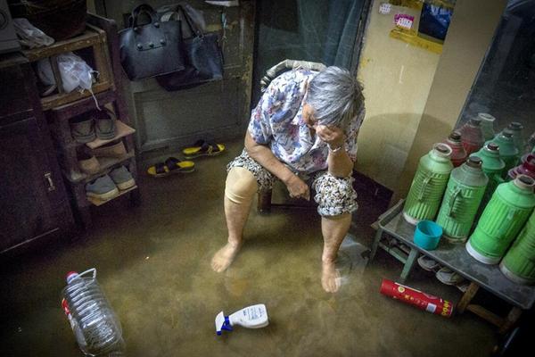 无锡暴雨致多地积水严重 居民家中被淹