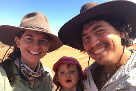 澳大利亚父母带1岁女儿徒步旅行