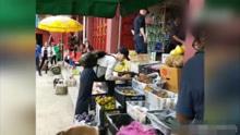 刘涛素颜现身菜市场买菜 挑水果很接地气