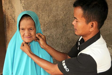 不畏世俗!印尼27岁小伙娶67岁老太