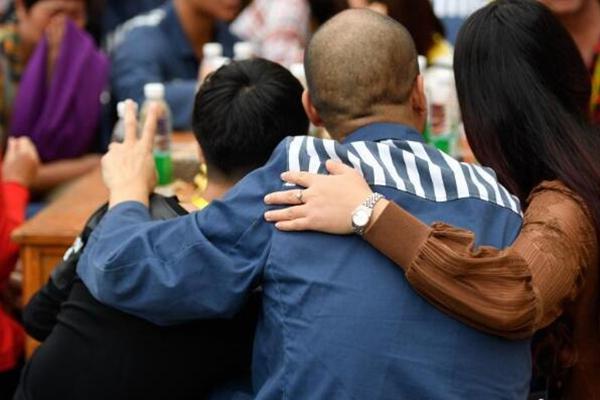 云南昆明服刑人员与家属团聚提前过中秋