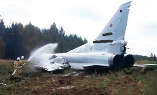 """俄军""""逆火""""轰炸机失事现场:没飞起来冲出跑道"""