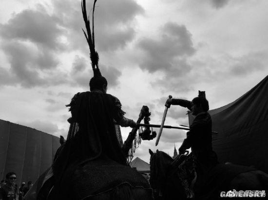 《真三国无双》电影黑白片场照 关羽大秀肌肉