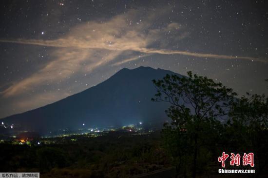 巴厘岛阿贡火山口白烟渐浓 超过14万人疏散