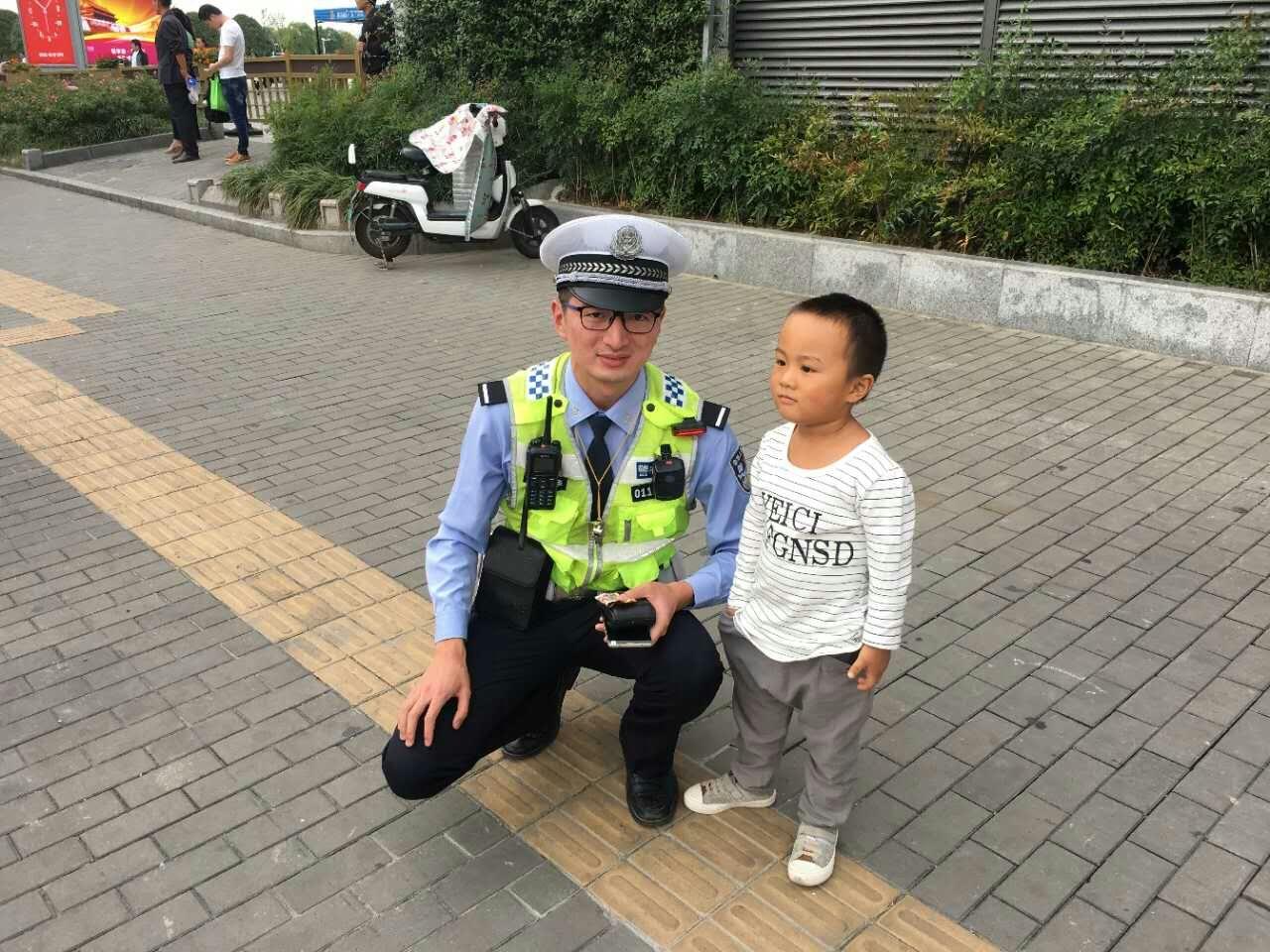 """2岁男童捡到1毛钱 坚持""""交到警察叔叔手里边"""""""