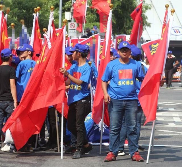 """台湾""""统派""""十一大游行:我的国旗是五星红旗"""